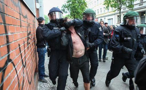 درگیری تظاهرات کنندگان با پلیس آلمان در برلین به مناسبت روز جهانی کارگر/xinhua