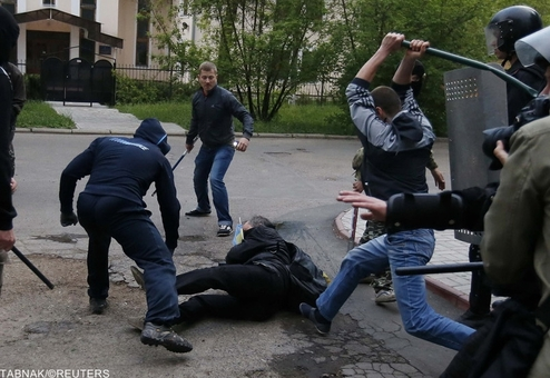 طرفداران روس و جدائی طلب در اوکراین، یک اوکراینی را مورد ضرب و جرح قرار می دهند/Reuters