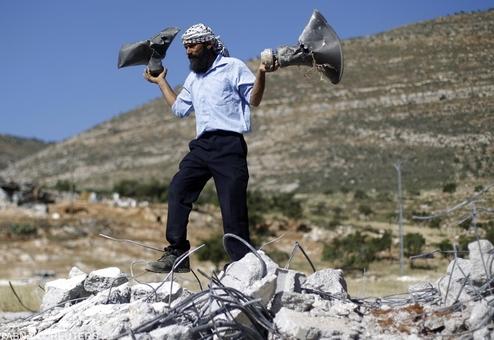 آثار بجای مانده از مسجدی که توسط عوامل صهیونیستی در یک روستای فلسطینی تخریب شده است/ REUTERS