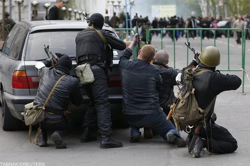 جداییطلبان هوادار روس مسلح هستند (در تصویر گروهی از آنها در نزدیکی یکی از مراکز پلیس در لوهانسک)/Reuters