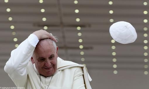 بادی که کلاه پاپ را در مقابل ده ها هزار نفر از طرفدارانش در میدان سنت پیتر واتیکان از سرش برداشته است// REUTERS