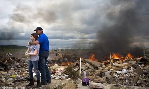 مایکل استانک و دخترش در حالیکه پس از انجام تفکیک اسباب و وسایل طوفان زده ها در آرکانزاس خسته بنظر می رسند، لحظاتی به ویرانه ها نگاه می کنند/REUTERS