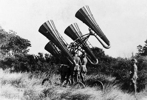 وسیله ای که عکس آن را می بینید جهت شنیدن و ردیابی صدای اسکادرانهای هوایی بجای رادار های امروزی بکار می رفت. این وسیله کاملا مکانیکی بوده و در عمل یک یا چند شیپور برعکس بود که انتهای آنها توسط لوله ای باریک به گوش اپراتور می رسید