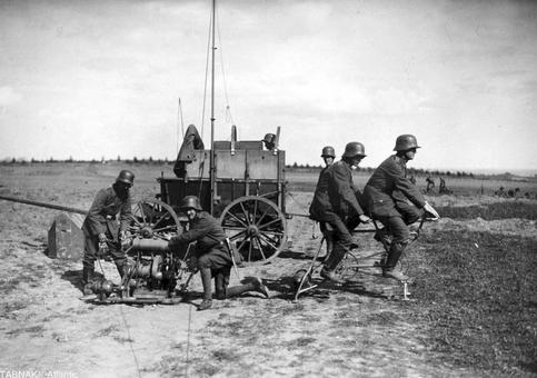 راه انداختن ایستگاه رادیویی متصل به ژنراتور توسط ارتش آلمان و رکاب زدن سربازان برای تأمین برق