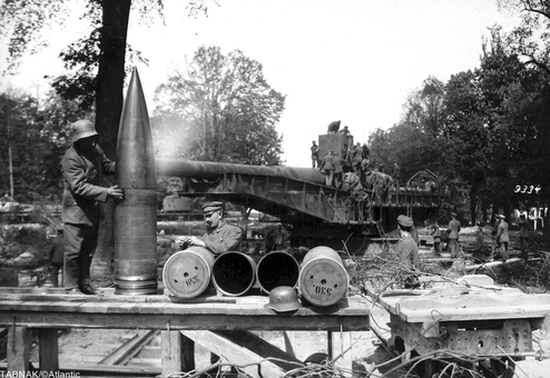 گلولههای ۷۵۰ کیلوگرمی مربوط به ماشین جنگی آلمان که قدرت پرتاب به مواضع دشمن با برد حدود سه کیلومتر مفید را داشت