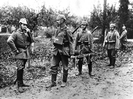استفاده سربازان آلمانی از تلفن در میدان جنگ، به کلاف سیم تلفن و حمل آن دقت کنید!