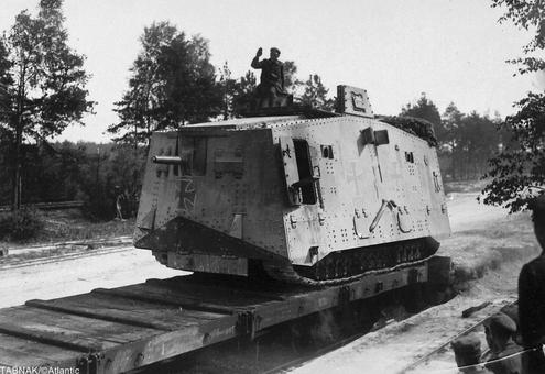 انتقال تانک A7V آلمانی از طریق یک واگن در روی ریل اه آهن