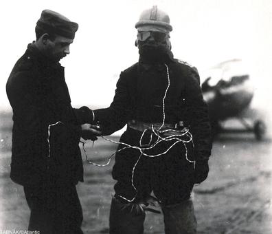 پوشش خلبان آلمانی که مجهز به گرمکن برقی می باشد تا بتواند در ارتفاع بالا بدن خود را گرم نگه دارد واز انجماد رهایی پیدا کند