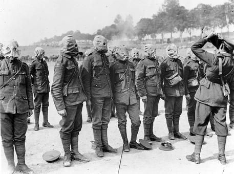 ارتش ایرلند در حال فراگیری نحوه استفاده از ماسکهای ضد حملات شیمیایی در جریان جنگ