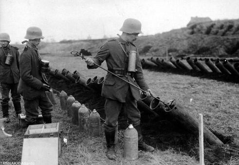 بار گذاری توپهای حامل مواد سمی و شیمیایی مرگبار توسط سربازهای آلمانی برای شلیک به مواضع دشمن