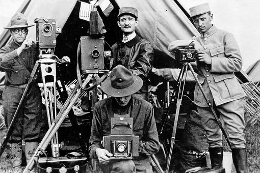 عکاسان آمریکایی و فرانسوی همراه با دوربینهایشان که تصاویری تاریخ ساز بوسیله آنها ثبت نمودند