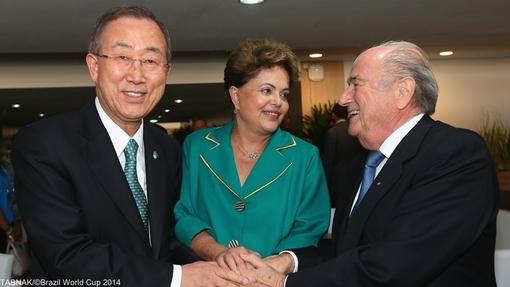 از چپ به راست: بان کی مون، دیلما روسف(رئیس جمهور برزیل) و بلاتر (رئیس فیفا) در مراسم افتتاحیه و بازی برزیل و کرواسی