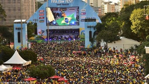 ده ها هزار نفر از مردم برزیل و جهانگردان، با شادی و شعف بازی تیم برزیل و کرواسی را از طریق صفحه نمایش های غول پیکر تماشا می کردند.
