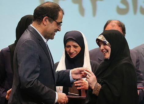 هاشمی وزیر بهداشت نشان اهداکنندگان خون را به همسر خود اهدا میکند./TASNIM
