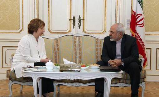 محمد جواد ظریف، وزیر امور خارجه و کاترین اشتون، مسئول سیاست خارجی اتحادیه اروپا روز دوشنبه در محل نمایندگی ایران در وین دیدار کردند تا درباره زمان و نحوه آغاز دور جدید مذاکرات ایران و گروه ۱+۵ تصمیم گیری کنند. /IRNA