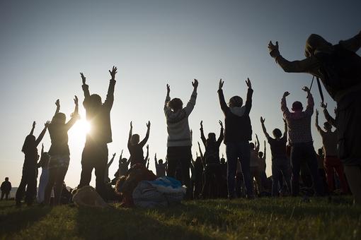 جشن آغاز تابستان و طولانی ترین روز سال در نیمکره شمالی.تمرین یوگا در یادمان پیشاتاریخی «استون هنج»، یکی از میعادگاههای جهانگردان، روحانیون و کسانی که به خوشگذرانی علاقمندند. /Reuters