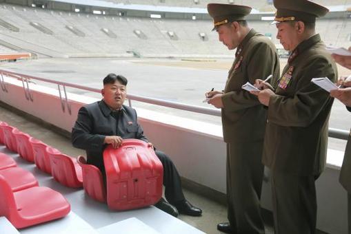 عکسی از رهبر جوان کره شمالی در روز جمعه منتشر شده که وی را در حال دادن دستور برای بازسازی صندلی های ورزشگاهی در پایتخت نشان می دهد/Reuters