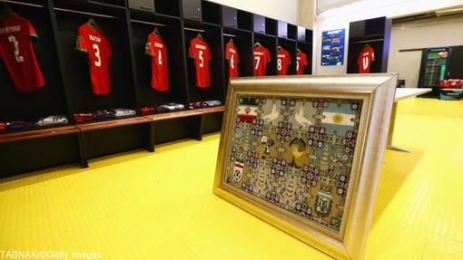 هدیه فدراسیون فوتبال ایران که در ابتدای بازی به لیونل مسی به عنوان نماینده آرژانتین تقدیم خواهد شد.