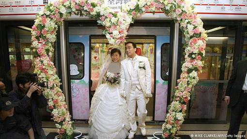 این زوج جوان هنگکنگی هم با قطاری که مخصوص همین عروسی طراحی شده به خانه بخت رفتند.