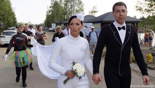 اوا و پاول زوجی لهستانی که به قصد ثبت ازدواجشان در کتاب رکوردهای گینس با ۲۷۵ مهمان، مراسم عروسی را ۵ متر زیر آب برگزار کردند.آنها در لباس غواصی مشاهده می شوند.