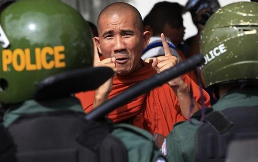 پلیس کامبوج تظاهرکنندگان مقابل سفارت ویتنام را که به ادعای تعلق کامپوچا کروم به ویتنام اعتراض داشتند، پراکنده کرد./Euronews
