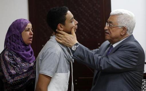دیدار محمود عباس با خانواده نوجوان فلسطینی محمد ابو خضیر در رام الله که به تازگی به دست پلیس صهیونیستی مورد ضرب و شتم شدید قرار گرفته بود./Reuters