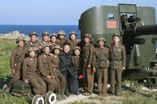 عکس جدید از  «اون»، رهبر کره شمالی در یک پاسگاه مرزی در شرق دریای کره که به تازگی در خبرگزاری رسمی این کشور بدون تاریخ منتشر شده است./KCNA