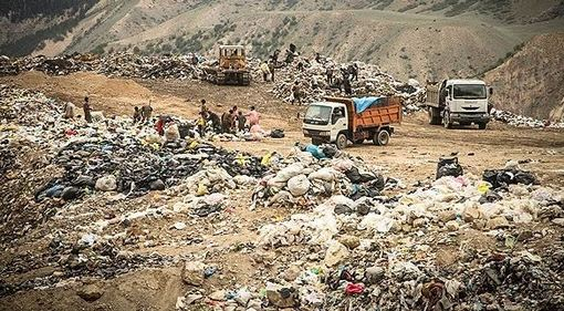 عمارت زباله آمل در مجاورت دامنه جنگل و رودخانه قرار دارد و عدم بازیافت صحیح زباله ها باعث به وجود آمدن مشکلات زیست محیطی در این منطقه شده است./FARS