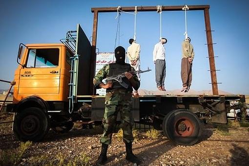 سه متجاوز به عنف و سارق مسلح صبح روز یکشنبه در منطقه گویم شیراز در ملا عام به دار مجازات آویخته شدند./MEHR