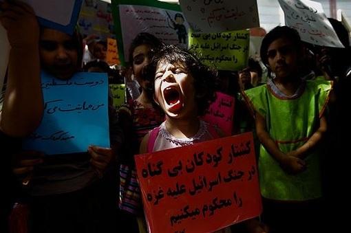 جمعی از کودکان در حمایت از کودکان غزه و اعتراض به جنایات رژیم صهیونیستی روز دوشنبه مقابل دفتر یونیسف در تهران تجمع کردند./MEHR