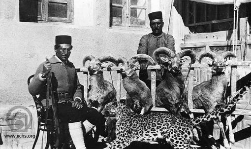 [4439- 1ع]<br /> اکبرمیرزا مسعود فرزند ظلالسلطان پس از شکار پلنگ و چندین قوچ عکسی به یادگار گرفته است