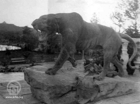 [2968- 3ع]<br /> مجسمه پلنگ در منطقه شکارگاه سلطنتی فرحآباد تهران (۱۳۲۸ق)