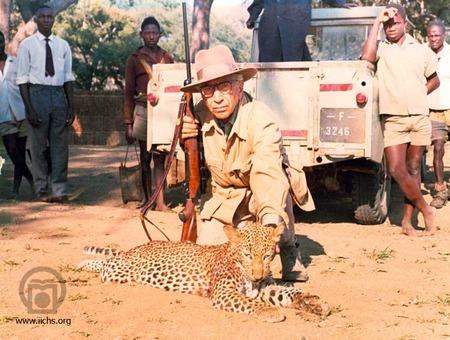 [3191- 11ع]<br /> محمدحسین فیروز پس از شکار پلنگ در افریقا