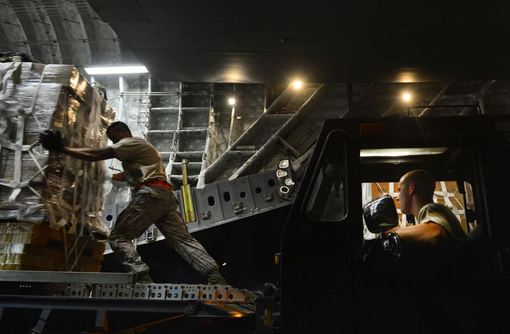 نیروهای آمریکایی به پخش بستههای کمکی از طریق هواپیما در کوههای شمال عراق اقدام کردهاند؛ مشاوران تازه به گفته برخی مقامهای آمریکا «وظیفهای افزون» برای کمک بر عهده دارند. وزارت دفاع ایالات متحده میگوید آن کشور برای کمک به نظارت و ارائه ارزیابی درباره بحران انسانی عراق، 130 مشاور نظامی دیگر به شمال آن کشور فرستاده است./EPA-RFE/RL