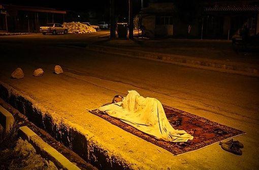 در پی وقوع زلزله ۲. ۶ ریشتری در بخش مورموری از توابع شهرستان آبدانان استان ایلام اهالی این شهرستان بدون هیچ نوع امکاناتی شب را در خیابانها به صبح رساندند./FNA