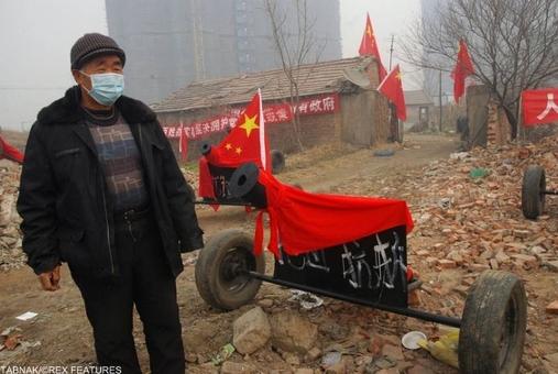 مرد بازنشسته چینی توپی ساخته که بتواند برای تخریب خانه از آن استفاده شود!