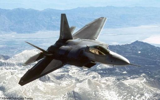 Nr. ۱ Lockheed Martin / Boeing F-۲۲ Raptor (USA)  اف-۲۲ رپتور هواپیمای جنگنده نسل پنجم ساخت شرکتهای لاکهید و بوئینگ است که از فناوری رادارگریزی (Stealth) استفاده میکند. ایالات متحده تنها کشوری است که دارای این هواپیما است. در اصل اف-۲۲ به عنوان یک جنگنده برای برتری هوایی طراحی شده بود، اما دارای قابلیتهای اضافی است که شامل حمله به زمین، جنگ الکترونیکی و اطلاعات سیگنال میباشد. لاکهید مارتین پیمانکار اصلی طرح است و تولید بیشتر بدنهٔ هواپیما، سیستمهای سلاح و مونتاژ نهایی اف-۲۲ را به عهده دارد. برنامه بوئینگ شامل بال، بدنه، ادغام آویونیک، و تمامی سیستم آموزش خلبان و نگهداری سیستم است. بهای هر فروند ۱۴۰ میلیون دلار