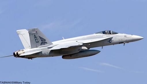 Nr. ۲ Boeing F/A-۱۸E/F Super Hornet (USA) -ک دانل داگلاس اف/ای-۱۸ هورنت (به انگلیسی: McDonnell Douglas F/A-۱۸ Hornet) جت جنگنده چندمنظوره فراصوت دوموتوره و تک سرنشینهای است که در اواخر دهه ۱۹۷۰ بر اساس جنگنده آزمایشی وایاف-۱۷ توسط شرکت مکدانل داگلاس و نورتروپ برای استفاده در نیروی دریایی و تفنگداران دریایی آمریکا طراحی شد. این هواپیما هم توانایی نبردهای هوایی و هم قابلیت حمله به اهداف سطحی را دارد و مهمترین ماموریتهایی که برای آن تعریف شده شامل دفاع هوایی از ناوگانهای دریایی، اسکورت جنگندههای دیگر، سرکوب پدافند هوایی دشمن، حملات ضربتی و بمباران اهداف زمینی و دریایی، ماموریتهای برتری هوایی، رهگیری جنگندهها و بمبافکنها و موشکهای دشمن، پشتیبانی نزدیک هوایی، و شناسایی هوایی میشود. اف-۱۸ برای انجام ماموریت شبانهروزی در هر نوع شرایط آبوهوایی طراحی شده و قابلیت سوختگیری در هوا و فرود و پرواز از ناوهای هواپیمابر را دارد. بهای هر فروند بیش از۶۰ میلیون دلار