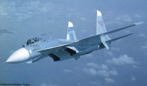 Nr.5 Sukhoi Su-27 (Russia).سوخو سو–۲۷ (به روسی: Сухой Су-۲۷) جت جنگنده دوموتوره سنگین و دوربرد برتری هوایی است که در دوران اتحاد جماهیر شوروی توسط دفتر طراحی سوخو طراحی و ساخته شدهاست. این جنگنده در سازمان ناتو با نام «فلانکر» شناخته میشود.این جنگنده، در اصل برای ایجاد توان مقابلهٔ نیروی هوایی اتحاد شوروی در برابر نسل جدید جنگندههای آمریکایی به خصوص اف-۱۵ ساخته شد. سوخوی۲۷ دارای برد پروازی استثنایی، قابلیت حمل مهمات بالا و چابکی فوق العادهاست. جنگندهٔ سوخوی۲۷ اغلب در نقش «ماموریتهای برتری هوایی» به کار گرفته میشود، اما قادر است در اغلب ماموریتهای رزمی دیگر نیز شرکت کند.جنگندهٔ سوخوی۲۷، حاصل یک مناقصهٔ انجام شده جهت تولید جنگنده بین شرکتهای میکویان گورویچ و سوخو در دهه ۱۹۷۰ و ماحاصل این مناقصه، منجر به تولید سوخوی ۲۷ و میگ ۲۹ شدهاست که ظاهری شبیه به هم دارند.قیمت هر فروند ۳۵ میلیون دلار