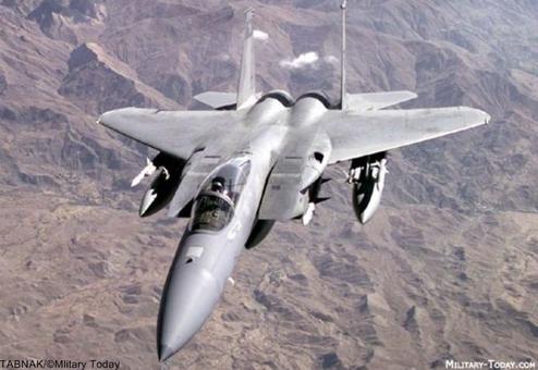 Nr.6 McDonnel Douglas F-15 Eagle (USA).اف-۱۵ ایگل (عقاب) جنگنده آمریکایی است که برای برتری هوائی به سفارش دولت آمریکا (برای نیروی هوایی ایالات متحده آمریکا و گارد ملی هوائی) طراحی و ساخته شدهاست. این هواپیما را شرکت مکدانل-داگلاس که اکنون بخشی از شرکت بوئینگ است میساخت. اف-۱۵ جنگنده اصلی آمریکا برای مراقبت از مرزهای هوائی این کشور است.استفاده از دوموتور قدرتمند توربوفن با قدرت ۲۹۰۰۰ پوند کشش (۱۳۱۵۴) در ثبت اوج گیری و شتاب و دارا بودن یک سازه هوایی قوی که حاصل هزاران ساعت مطالعه و بررسیهای رایانهای وانجام آزمایشها تونل باد بوده و نیز استفاده از سطوح فرامین پروازی قوی که قابلیت پرواز را در این هواپیما خارق العاده ساخته است؛ همچنین استفاده از سامانهٔ هوایی دیجیتال ونصب یک رادار با برد بلند حدود۱۰۰مایل (۱۶۰کیلومتر) در اف-۱۵و به کار گیری آخرین نوع رادار برد متوسط واستفاده از موشکهای هوا به هوای اسپارو وبرد بلند حرارتی سایدوایندر و مجهز شدن این جنگنده به توپ سرعت بالا، از آن یک عقاب با سرعت بالا ساختهاست. بهای هر فروند۲۹/۹ میلیون دلار