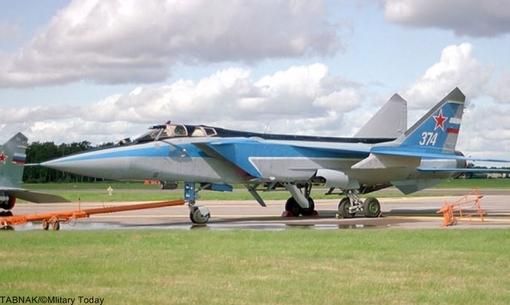 Nr.7 Mikoyan MiG-31 (Russia).میگ-۳۱ (به روسی: МиГ-31) (نام ناتو: فاکسهاوند Foxhound)، یک هواپیمای رهگیر مافوق صوت است که توسط شرکت میکویان در شوروی به عنوان جایگزین جنگنده میگ-۲۵ فاکسبَت ساخته شد. دفتر طراحی میکویان این جنگنده را بر اساس میگ-۲۵ طراحی کردهاست. میگ-۳۱ اولین پرواز خود را در سال ۱۹۷۵ انجام داد و از سال ۱۹۸۲ وارد خدمت فعال نظامی در ارتش شوروی شد و تا زمان فروپاشی شوروی، پیشرفتهترین هواپیمای رهگیر این کشور بود.میگ ۳۱ تواناترین هواپیمای رهگیر دفاع هوایی روسهاست که قابلیت درگیری همزمان با چندین هدف را دارد. رادار نیرومند زاسلون اسبیآی-۱۶ مهمترین عامل تاثیرگذاری میگ-۳۱ است که در زمان خود قویترین رادار جنگنده دنیا محسوب میشد. موتور جدید سولویف دی-۳۰اف۶ هم موجب شده بود تا برد عملیاتی و پارامترهای پروازی اصلی این هواپیما در مقایسه با میگ-۲۵ ارتقا پیدا کند. بدنه و بالهای آن هم از میگ-۲۵ قویتر بود و توانایی پرواز مافوق صوت در ارتفاع پایین را داشت.بهای هر فروند۵۷ الی۶۰ میلیون دلار