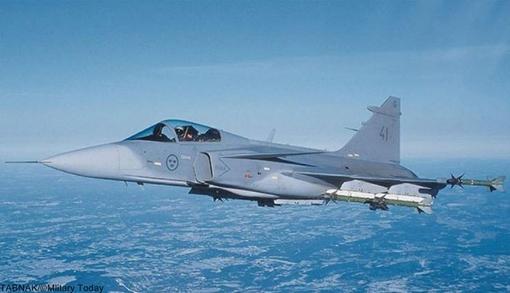 Nr.9 Saab JAS 39 Gripen (Sweden).ساب ۳۹ گریپن (به سوئدی: Saab 39 Gripen) جنگنده چندمنظوره سبک و تکموتوره است که توسط شرکت سوئدی ساب سوئد طراحی و تولید گردیدهاست. گریپن (به معنی شیردال) که در ۱۹۸۸ برای اولین بار به پرواز درآمده بود، در سال ۱۹۹۷ به نیروی هوایی سوئد پیوست و جایگزین جنگندههای ساب ۳۵ دراکن و ساب ۳۷ ویگن شد. این هواپیما در سالهای بعد به کشورهای آفریقای جنوبی، تایلند، جمهوری چک و مجارستان هم فروخته شد.گریپن جت مافوق صوتی با سرعت بیش از دو ماخ است که مثل جنگندههای قبلی شرکت ساب از طراحی بالمثلثی و بدون دم همراه با کانارد بهره میبرد. مدلهای تازهتر ساب ۳۹ به تجهیزات سوختگیری هوایی هم مجهز شدهاند و مدلهای صادراتی آن سازگاری قابل توجهی با استانداردهای ناتو دارند. این جنگنده از یک موتور ولوو-فلایگموتور نیرو میگیرد که از موتور آمریکایی جنرال الکتریک اف۴۰۴ اقتباس شده است. موتوری که در جنگندههای اف-۱۸ هورنت هم نصب شدهاست.بهای هر فروند بیش از ۶۰ میلیون دلار