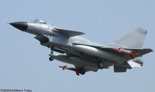 Nr.10 Chengdu J-10 (China).چنگدو جی-۱۰ یک هواپیمای جنگنده چندمنظوره است که توسط شرکت چنگدوی چین برای ارتش چین طراحی و تولید شده است. این هواپیما، که در غرب به نام «اژدهای نیرومند» معروف است، میتواند به طور همزمان به عنوان یک جنگنده و یک بمبافکن سبک ایفای نقش کند. این هواپیما برای اجرای عملیات در هرگونه شرایط آب و هوایی در شب و روز طراحی شده است.طراحی این هواپیما در اواخر دهه ۱۹۸۰ به عنوان پاسخی به دو جنگنده میگ-۲۹ و سوخو-۲۷ شوروی آغاز شد. جی-۱۰ در سال ۱۹۹۸ اولین پرواز خود را انجام داد و تولید انبوه آن از سال ۲۰۰۲ آغاز شد. پاکستان هم سفارش ۱۵۰ فروند از این جنگنده را داده است که ۳۶ فروند نخست در سال ۲۰۱۲ تحویل شد.بهای هر فروند بیش از ۴۰ میلیون دلار