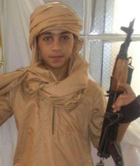 یونس عبعود (Younes Abaaoud) جوانترین عضو اروپایی داعش، نوجوان اهل بروکسل است که پدرومادرش با ریشههای مراکشی، بیش از چهل سال در بلژیک  هستند. او در آخرین عکس توئیتریاش تنها با چهارده سال یک کلاشینکف به دست دارد.