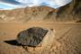 سنگ های دره مرگ در ایالات متحده آمریکا خودبخود و بدون دخالت عامل انسانی یا غیر انسانی به طور مرموزی حرکت می کنند.