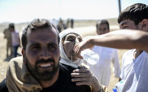 هزاران نفر از کردهای سوریه از خطر قتل عام توسط تکفیریهای داعش به سمت مرز ترکیه گریخته اند و در اردوگاههای موقت ساکن شده اند./AFP