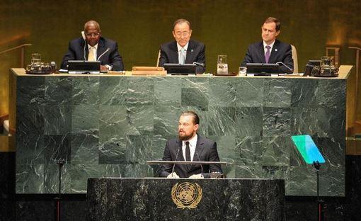 لئوناردو دیکاپریو در سخنرانی روز سهشنبهاش در مجمع عمومی سازمان ملل متحد در نیویورک در مورد خطرهای جدی «شتاب گرفتن تغییرات اقلیمی» هشدار داد و خطاب به سران و نمایندگان کشورهای جهان که در آن نشست حضور داشتند، گفت: «شما میتوانید تاریخ را بسازید، در غیر اینصورت تاریخ شما را رسوا میکند.» به گزارش هالیوود ریپورتر، دیکاپریو در این سخنرانی سه و نیم دقیقهای اعلام کرد که دولتها و صنایع باید در این مورد اقدام کنند- و فقط افراد نیستند که باید چنین کنند./Xinhua