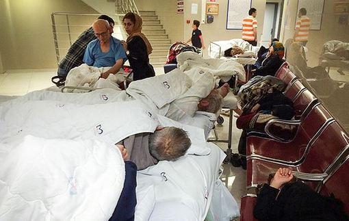 همراهان بیماران شهرستانی کیلومترها راه طی میکنند تا از خدمات درمانی کلانشهر تهران بهره مند شوند. آنها مانند یک پرستار در بیمارستان کار می کنند اما شبها روی صندلی یا کنار جوی در خیابان می خوابند. در سرویس های بهداشتی حمام و لباس هایشان را روی نرده آویزان می کنند. دراین میان مسئولان وزارت بهداشت از اختصاص دمپایی و چنگال برای کم کردن دردسرهای همراهان خبر دادهاند./mna