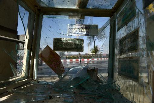 تصویر شکسته شدن شیش های یک صرافی بر اثر انفجار بمب در کابل در روز یکشنبه. بر اثر انفجار بمب مغناطیسی نصب شده به خودروی حامل ژنرال 'نظام الدین چوپان' از افسران بلند پایه افغانستان در چهارراهی 'زنبق' در منطقه دیپلمات نشین کابل، یک تن زخمی شد.بر اساس گزارش های دریافتی این فرمانده ارتش افغانستان از این سوء قصد جان بدر برده و فقط یکی از محافظان وی زخمی شده است. چهار راهی زنبق در نزدیکی سفارت ترکیه، دفتر سازمان ملل متحد و در مسیر کاخ ریاست جمهوری افغانستان قرار دارد که تحت تدابیر شدید امنیتی است./afp