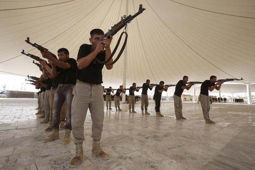 داوطلبان مردمی در کربلا تحت آموزش نظامی قرار گرفته اند تا به ارتش عراق پیوسته و در جنگ علیه تکفیریهای داعش کمک حال نظامیان ارتش عراق باشند./afp